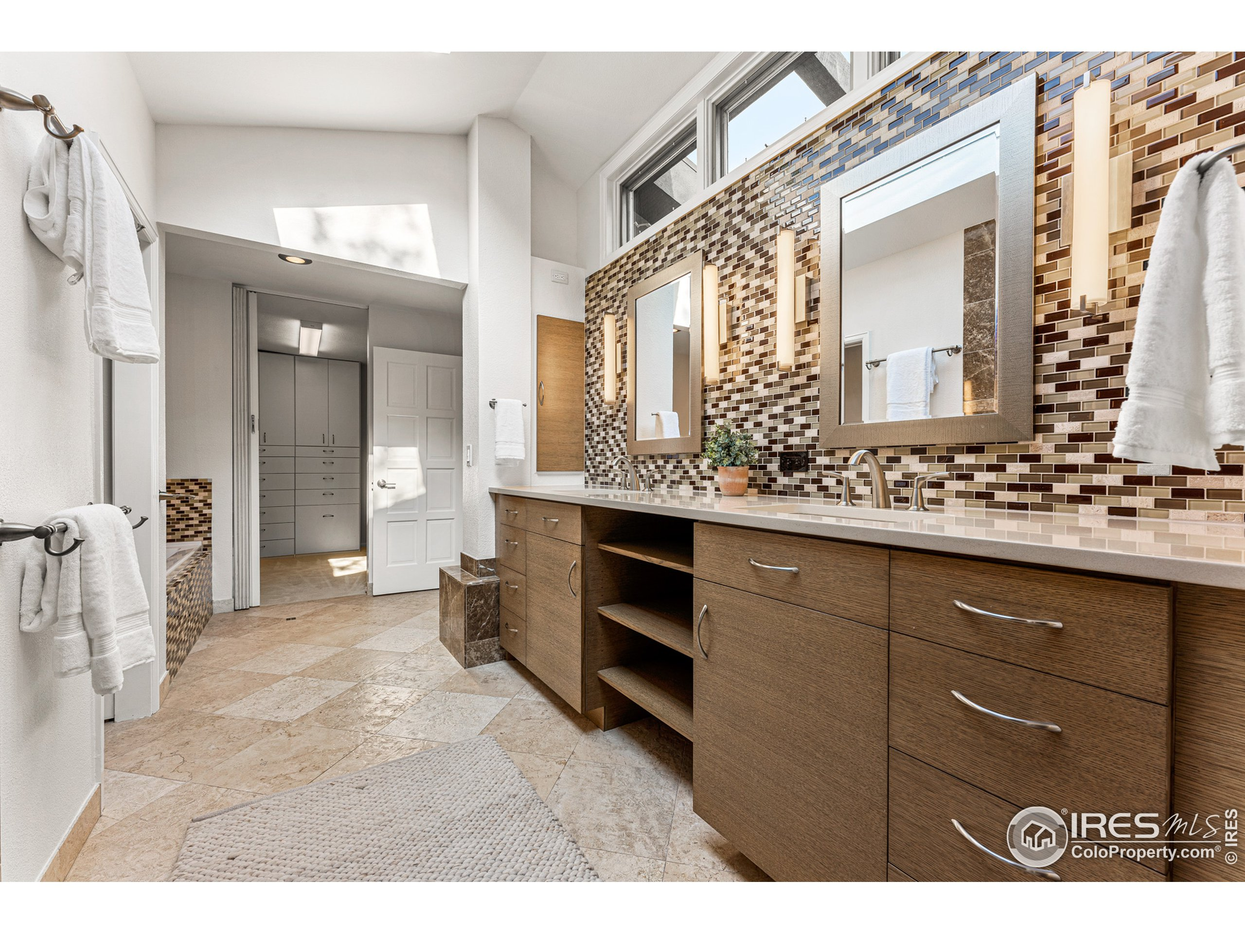 Primary suite bath (with dual sinks)