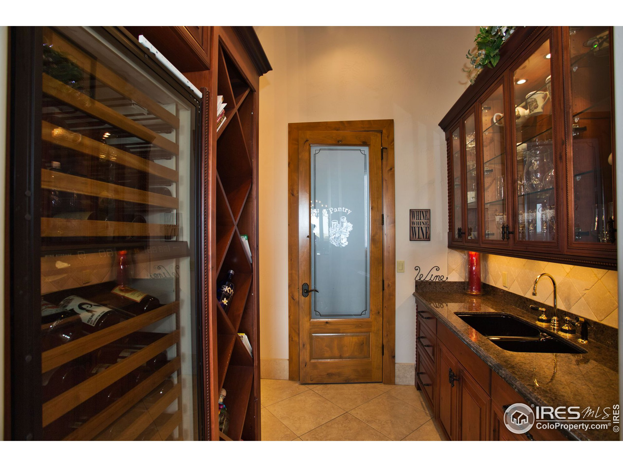 Butler's pantry w/wine rack and cooler