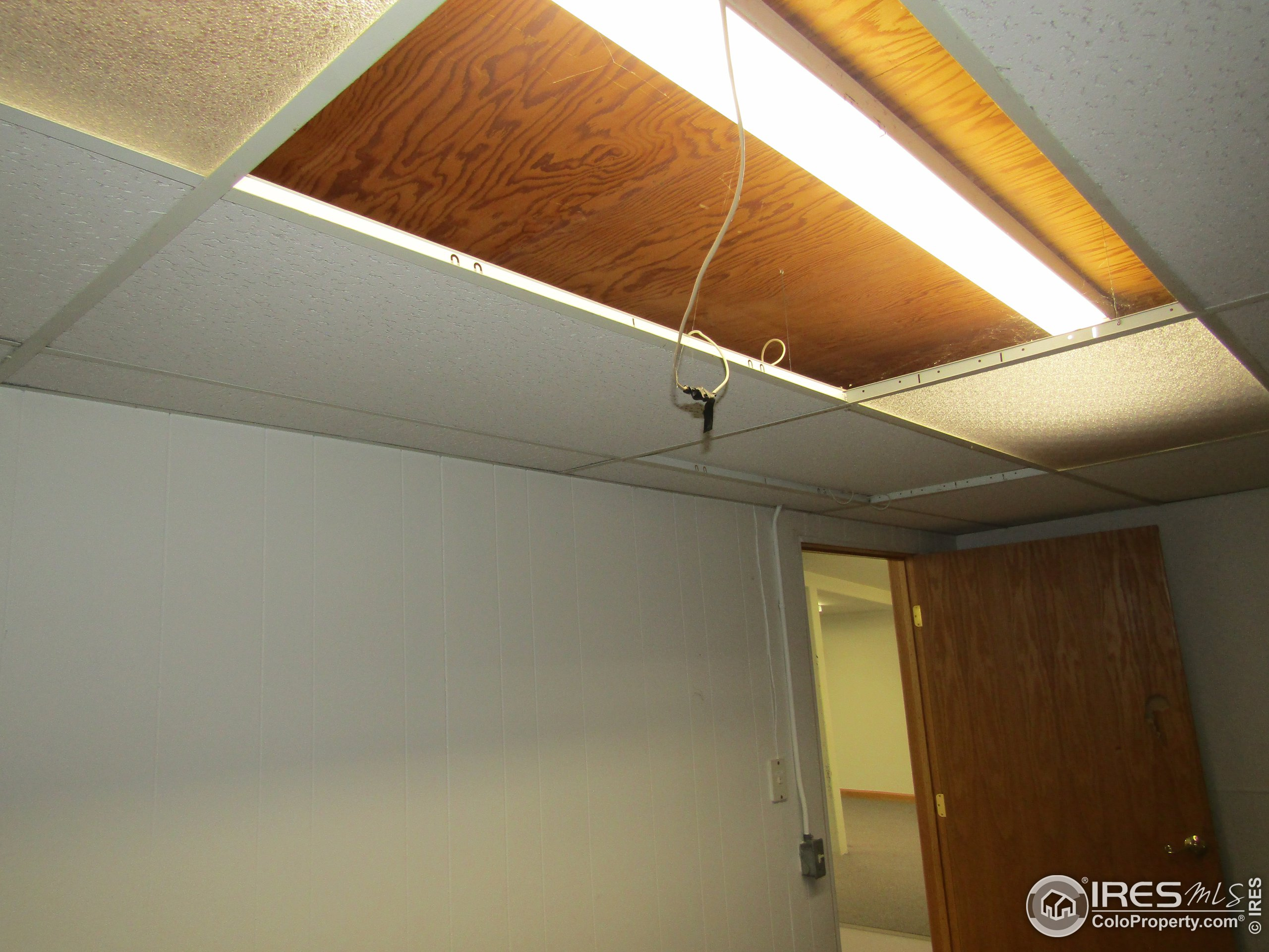 Approx 1 foot of clearance between drop ceiling and actual ceiling