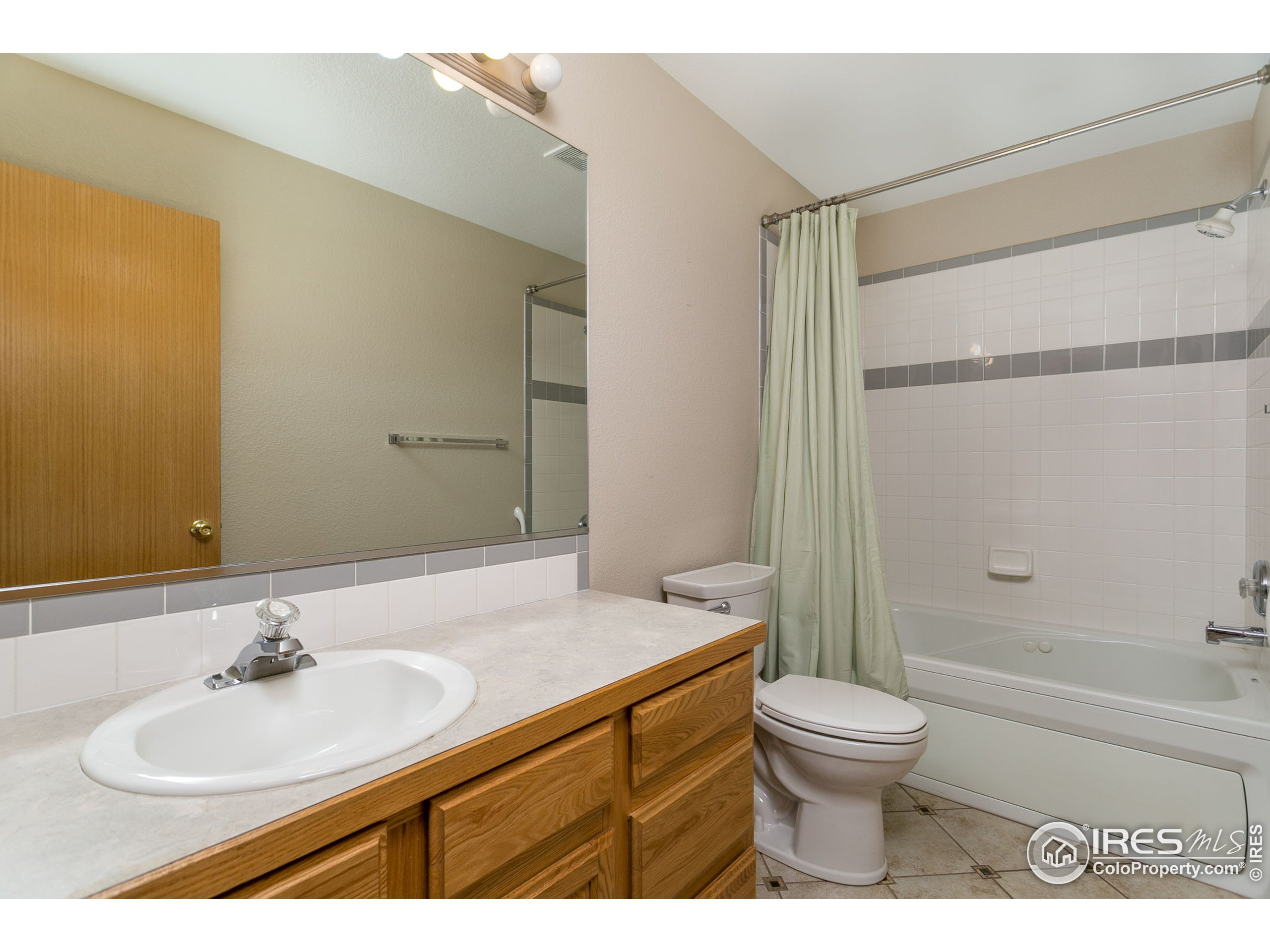 Main bath with jetted tub