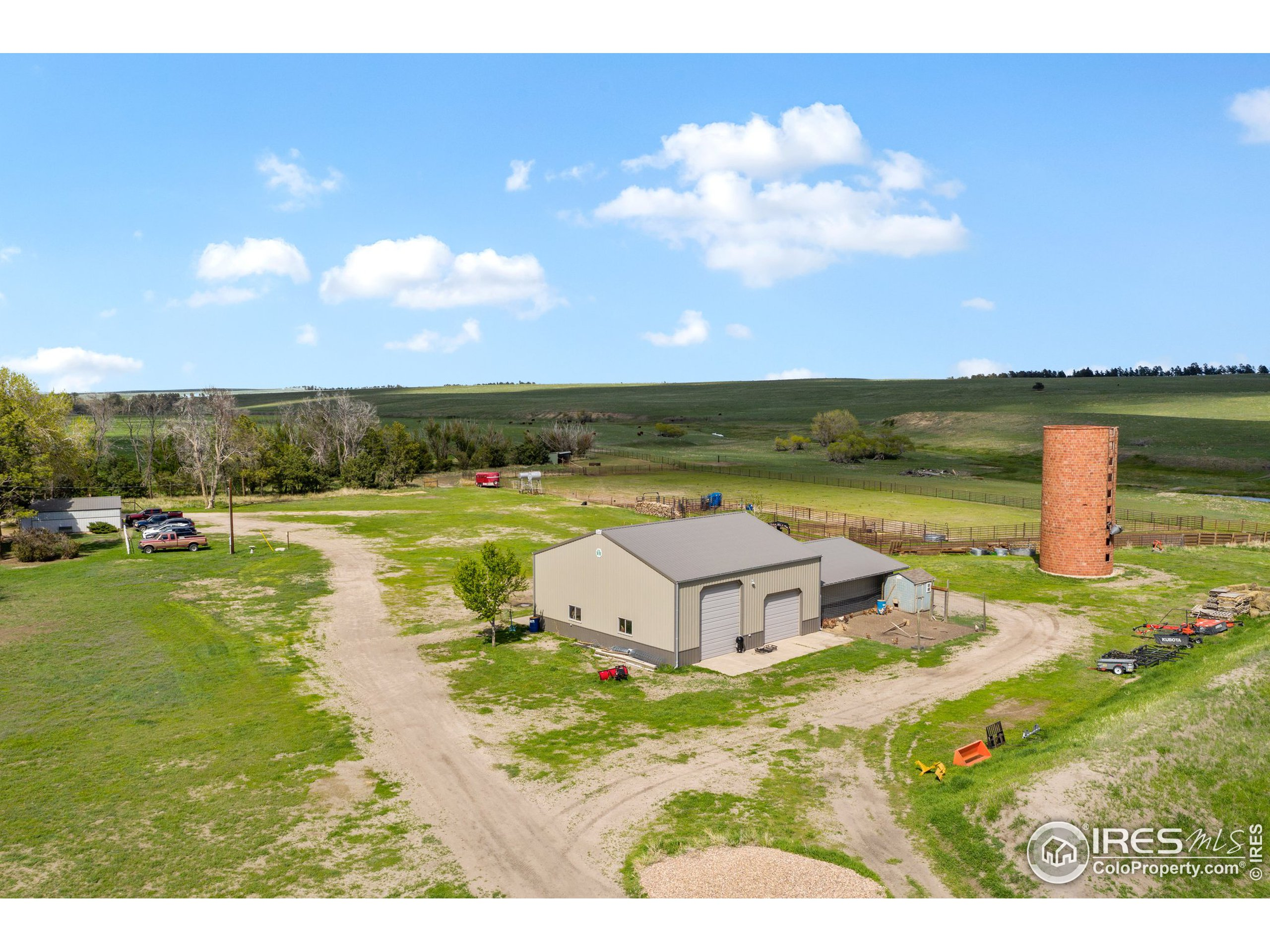 42 x 42 Pull through Pole Barn ~Concrete Floors ~ Lean to ~ Fenced in Kennel ~ Hay Storage