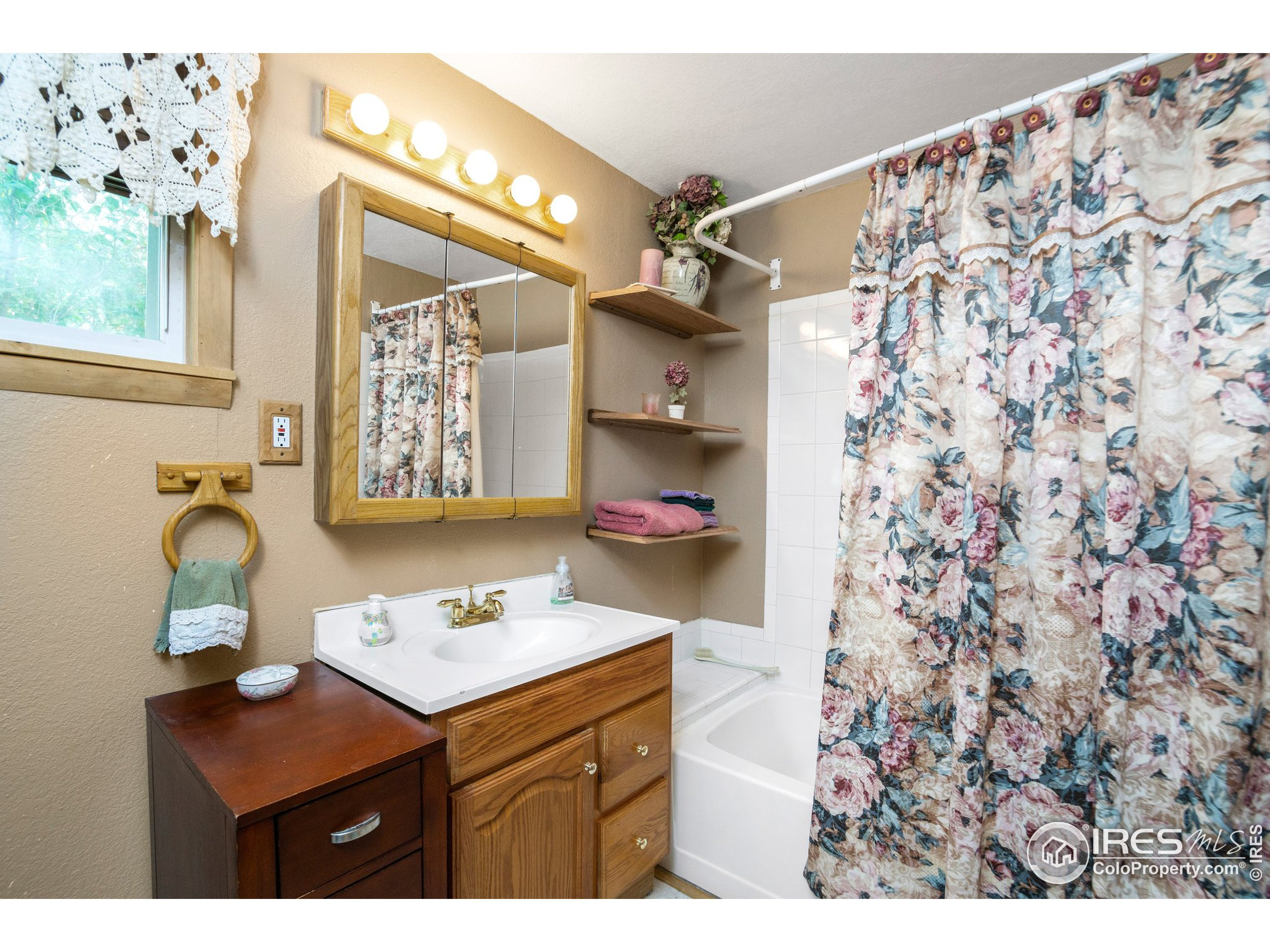 Master ensuite with Shower/tub-Sink and Toilet