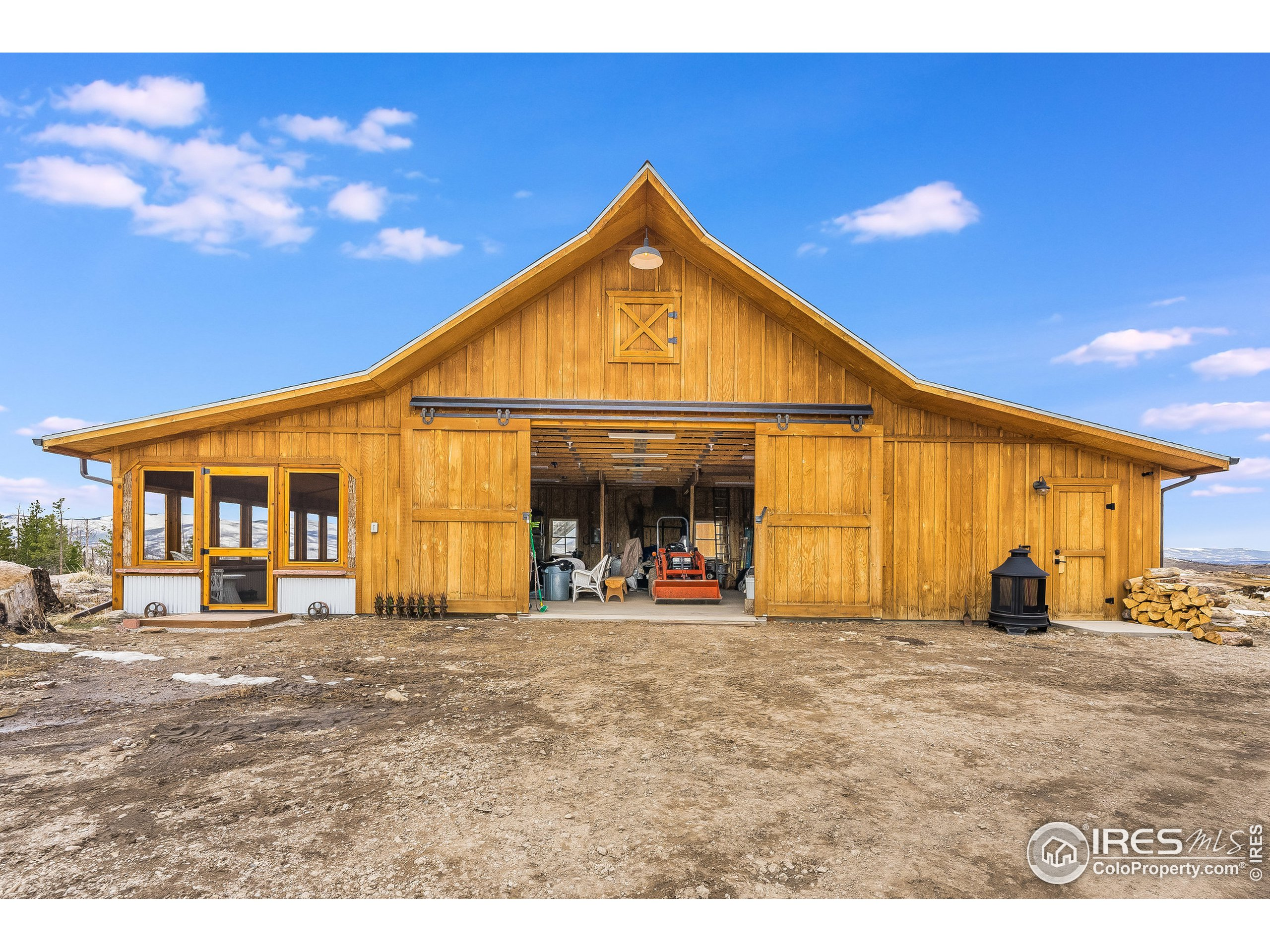 Detached barn with work shop and Screened in Patio