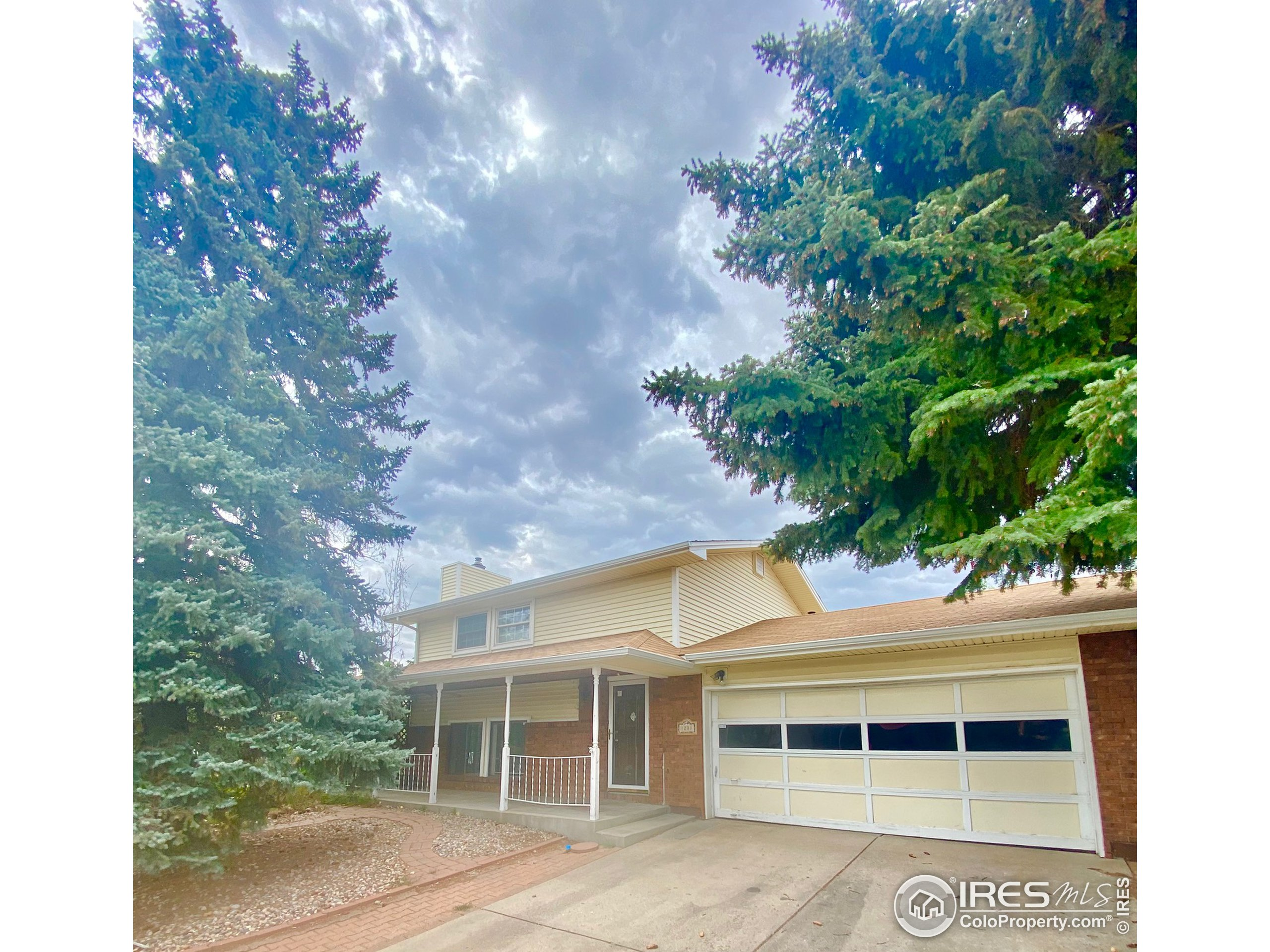 In a great location in the Sherri Mar subdivision just South of Taft and 1st Street this spacious 3 bed/2 bath Bi-Level home is a must see! The kitchen offers granite countertops and custom cabinetry work with stained glass doors, a closed in patio room perfect for early morning coffee, 2 gas fireplaces that heat the home, a large backyard with stonework, an attached 2 car garage, a storage shed in the backyard, an extra building that is used as a sunroom, and a large pergola covering the back patio! *OFFERS DUE WEDNESDAY, 9/15 AT 11AM*