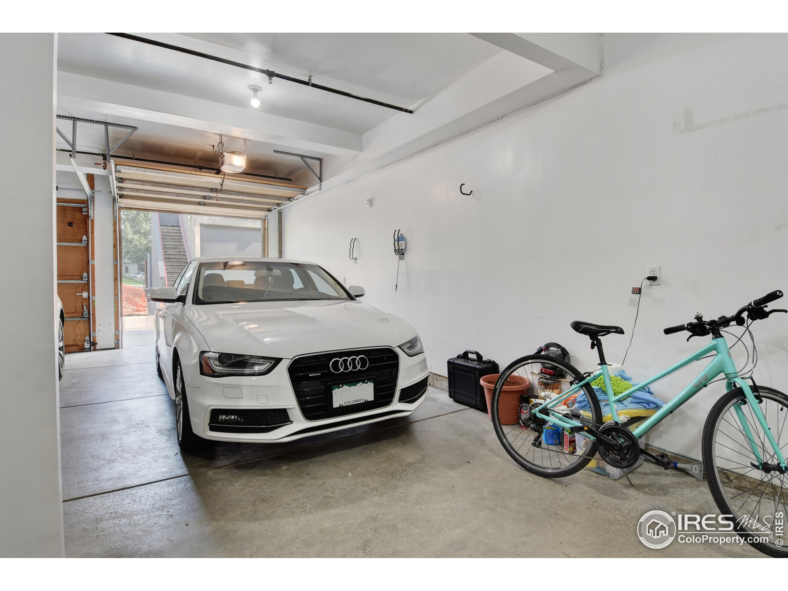 Room for 2 cars + toys