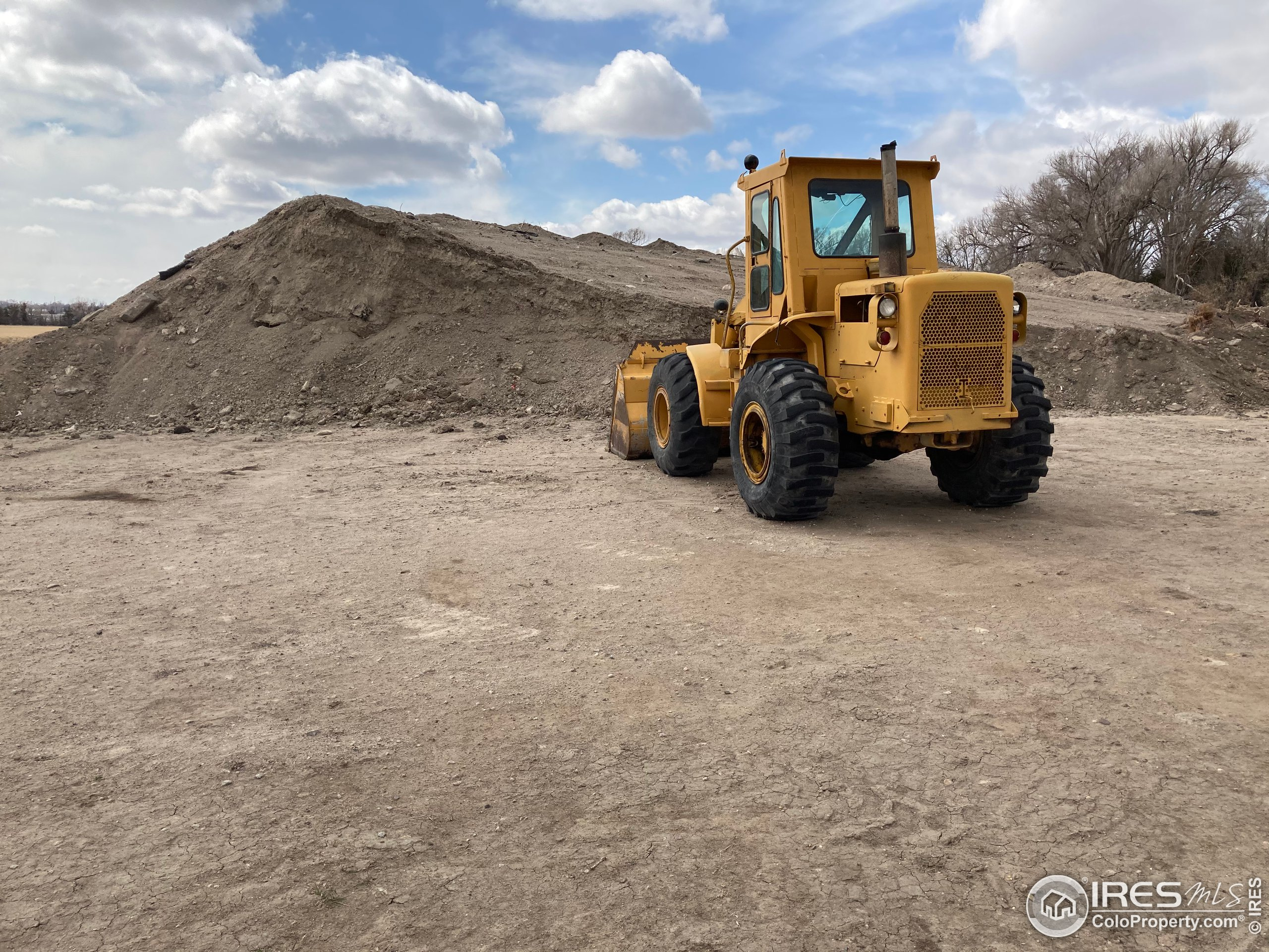 Fill dirt available to elevate property out of FLOOD PLAIN.