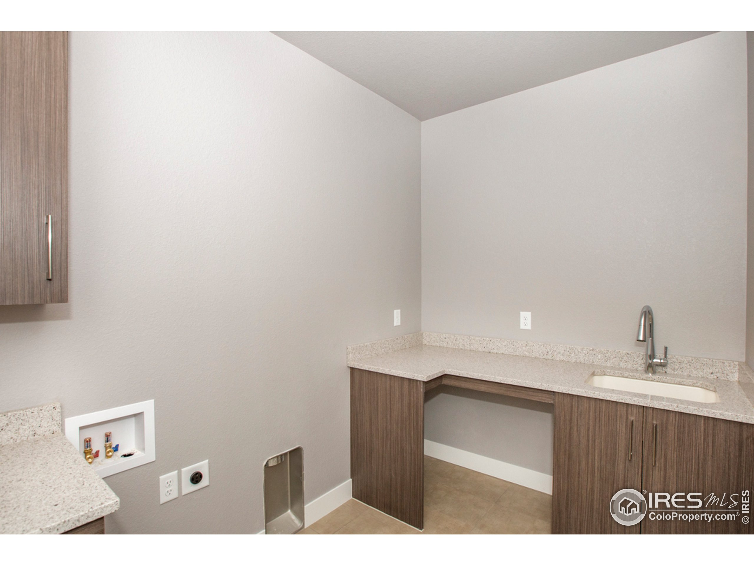 Lg Laundry Rm with Cabinets & Sink