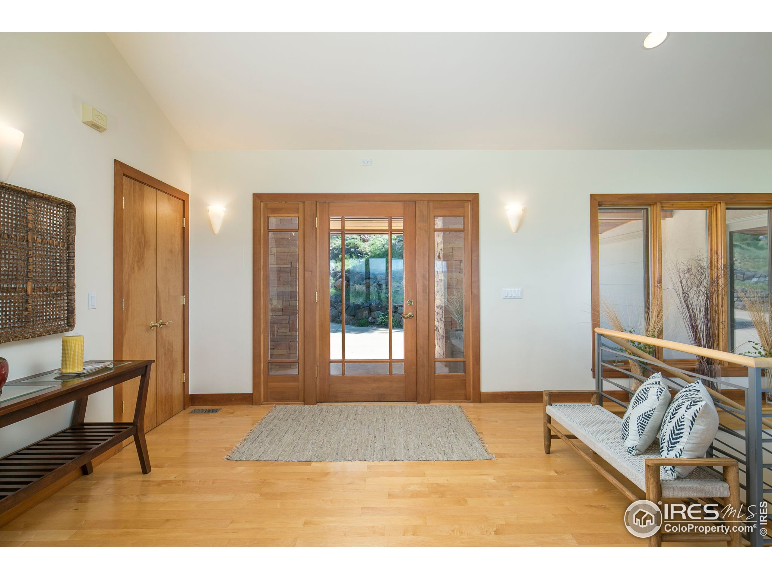 Spacious front entry to great guests